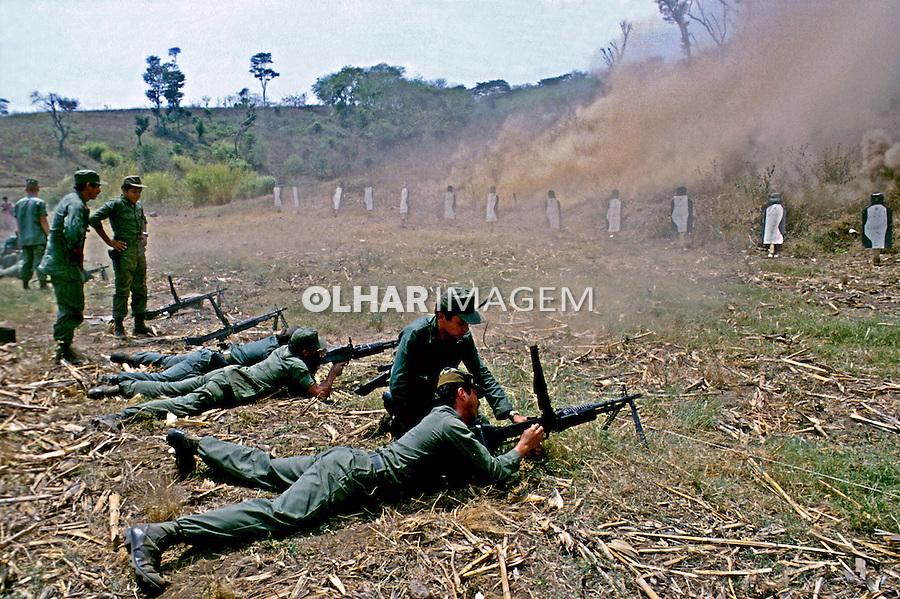 Treinamento militar na guerra civil de El Salvador. 1983. Foto de Cynthia Brito.