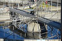 DEUTSCHLAND Hamburg, Hamburg Wasser Klaerwerk Koehlbrandhoeft, Staedtischer Energieversorger Hamburg Energie ein Tochterunternehmen von Hamburg Wasser, speist aufbereitetes Faulgas aus Abwasser, Klaerschlamm und Baggerschlamm ins Erdgasnetz ein, bei der Ausfaulung des Klaerschlamms entsteht Gas, das zu Erdgasqualitaet aufbereitet und ins Netz eingespeist wird, die Anlage wird jaehrlich 18 Millionen Kilowattstunden Biomethan einspeisen, damit koennen 3.600 Tonnen CO2 pro Jahr eingespart und bis zu 62.000 Kunden mit Biogas versorgt werden, Klaerbecken