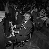 13 Octobre 1962. Vue du chef d'orchestre Lionel Cazeaux dans une salle de spectacle toulousaine.