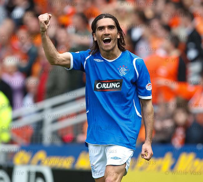 Pedro Mendes celebrates his goal