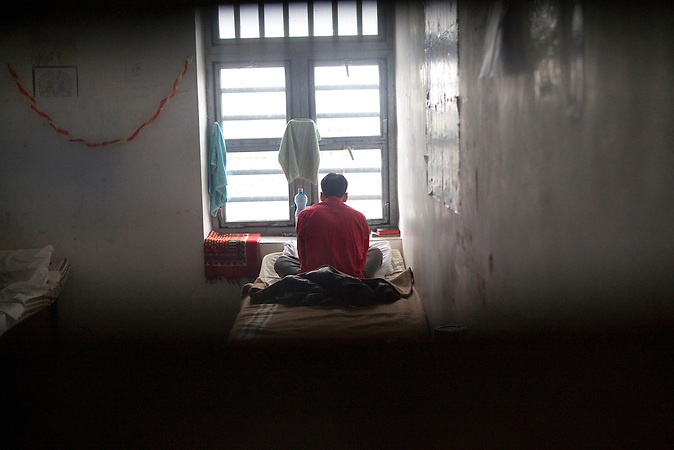 Ein Flüchtling in seiner Zelle im Flüchtlingsgefängnis von Nyirbátor / A refugee in his jail cell in the refugee prison of Nyirbátor