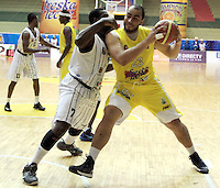 BUCARAMANGA -COLOMBIA, 31-05-2013. F Asprilla  (D) de Búcaros disputa el balón con Jeff Jahnbulleh (I) de Piratas durante el juego 4 de los PlayOffs de la  Liga DirecTV de baloncesto Profesional de Colombia realizado en el Coliseo Vicente Díaz Romero de Bucaramanga./  F Asprilla  (R) of Bucaros fights for the ball with Piratas player Jeff Jahnbulleh (L) during the PlayOffs game 4 of  DirecTV professional basketball League in Colombia at Vicente Diaz Romero coliseum in Bucaramanga.  Photo: VizzorImage / Jaime Moreno / STR