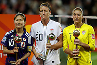FRANKFURT, ALEMANHA, 17 DE JULHO DE 2011 - COPA DO MUNDO FIFA FUTEBOL FEMININO - JAPAO X ESTADOS UNIDOS - (E / D) As Jogadoras bola de ouro Sawa do Japao, e as americanas bola de prata Wambach e a bola de bronze Hope Solo na final da Copa do Mundo de Futebol Feminino 2011, no Commerzbank-Arena (Waldstadion), Stadium de Frankfurt  na Alemanha, neste domingo (17). (FOTO: WILLIAM VOLCOV - NEWS FREE).
