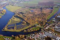 Die Reit: DEUTSCHLAND, HAMBURG 04.11.2016: Das Naturschutzgebiet Die Reit liegt in den Hamburger Stadtteilen Reitbrook und Allerm&ouml;he in den Marschlanden, zwischen dem Zusammenfluss der Dove Elbe und Gose Elbe.<br /> <br /> Das Naturschutzgebiet im S&uuml;dosten Hamburgs hat eine Gr&ouml;&szlig;e von 92 Hektar. Es umfasst das 1973 ausgewiesene Gebiet Die Reit und die 2011 erfolgte Erweiterung um die Fl&auml;chen Die Hohe, Kleiner Brook und ein rund 3,3 ha gro&szlig;es Gebiet im S&uuml;dosten. Die heutige Gel&auml;ndestruktur der Reit ist wesentlich auf den Betrieb einer Ziegelei zur&uuml;ckzuf&uuml;hren. Gepr&auml;gt wird das Gebiet von den ausgedehnten Schilfr&ouml;hrichten, artenreichen Weidengeb&uuml;schen und dem urw&uuml;chsigen Birkenbruchwald, zwei gr&ouml;&szlig;eren Teichen sowie vielen Kleingew&auml;ssern und Gr&auml;ben. Die Hohe ist ein vielf&auml;ltiges Teichgel&auml;nde auf einem ehemaligen Sp&uuml;lfeld. Der Kleine Brook wird gepr&auml;gt durch Gr&uuml;nland im Vorland der Dove Elbe.<br /> <br /> Den Schutzstatus erhielt Die Reit in erster Linie wegen ihrer Bedeutung als Brut- und Rastgebiet mitteleurop&auml;ischer Sing- und Zugv&ouml;gel, Die Hohe f&uuml;r das bedeutende Vorkommen des Kammmolchs und der Kleine Brook aufgrund seiner Bedeutung f&uuml;r Wiesenv&ouml;gel, insbesondere f&uuml;r die Uferschnepfe. Auch durch weitere Amphibienvorkommen, vielerlei Insekten und seine Flora zeichnet sich das Schutzgebiet aus.