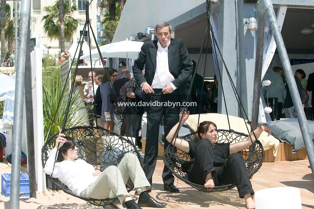 Catherine Corsini (G), Gilles Duval (C), Sandrine Veysset (D), dejeuner de presse, 20 ans de la Fondation Groupama-Gan pour le Cinema, Cannes, France, 18 mai 2007.