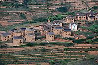 MADAGASCAR, village and terrace fields in highlands / MADAGASKAR, Fahrt von Antananarivo nach Mananjary, Haeuser und Terrassenfelder im Hochland