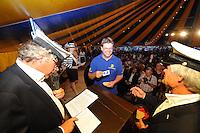 SKUTSJESILEN: GROU: Feesttent Halbertsmaplein, 19-07-2013, Opening SKS skûtsjesilen, loting voor walstart bij De Veenhoop en Earnewâld, Schipper Siete Meeter (Leeuwarden), ©foto Martin de Jong