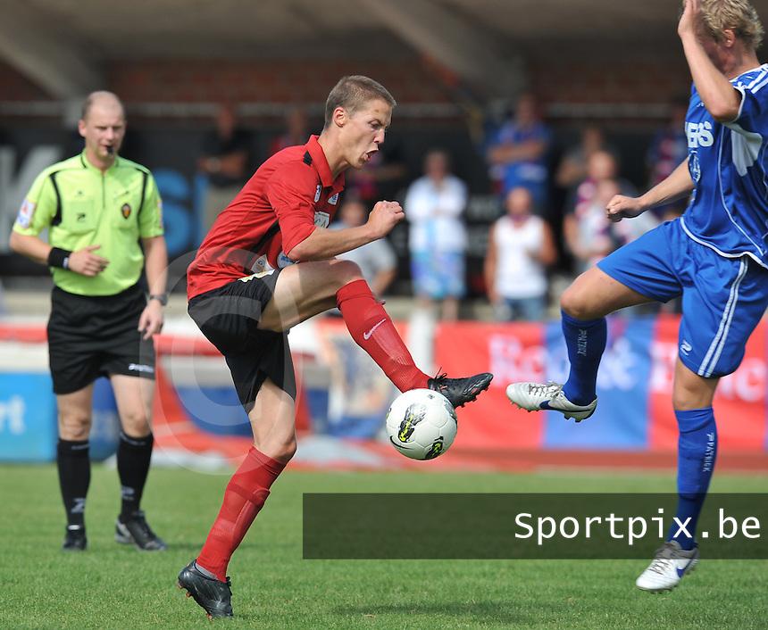 KFC Izegem - SK Ronse : Stijn De Deygere aan de bal in duel met Thomas Vandevelde (rechts).foto VDB / BART VANDENBROUCKE