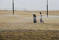 EGYPT, Bahariyya Oasis, Sekem organic farm, Project greening the desert , Pivot irrigation for a new field, planting of mint herbs / AEGYPTEN, Oase Bahariya, Sekem Biofarm, Landwirtschaft in der Wueste, Pivot Kreisbewaesserung fuer eine neues Feld, Aussaat von Kraeuter Stecklingen