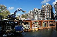 Brug wordt vernieuwd over een gracht in Amsterdam