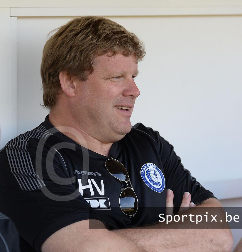 Gullegem - AA Gent :<br /> <br /> een ontspannen trainer Hein Vanhaezebrouck op de bank bij AA Gent<br /> <br /> foto VDB / BART VANDENBROUCKE