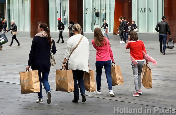 Nederland Eindhoven 2016 04 23. Vrouwen en meisjes met Primark tassen. Foto Berlinda van Dam / Hollandse Hoogte