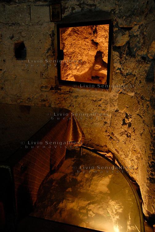 Gerusalemme / Israele.Roccia del Golgota all'interno della Basilica del Santo Sepolcro.Foto Livio Senigalliesi..Jerusalem / Israel.Golgota. Church of the Holy Sepulchre.Photo Livio Senigalliesi
