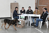 BOGOTA - COLOMBIA, 17-06-2018: Un canino de la policia revisa un puesto de votación al comienzo de la segunda vuelta de las elecciones presidenciales de Colombia 2018 hoy domingo 17 de junio de 2018. El candidato ganador gobernará por un periodo máximo de 4 años fijado entre el 7 de agosto de 2018 y el 7 de agosto de 2022. / Dog Police check a voting station at the beginning of Colombia's second round of 2018 presidential election today Sunday, June 17, 2018. The winning candidate will govern for a maximum period of 4 years fixed between August 7, 2018 and August 7, 2022. Photo: VizzorImage / Gabriel Aponte / Staff