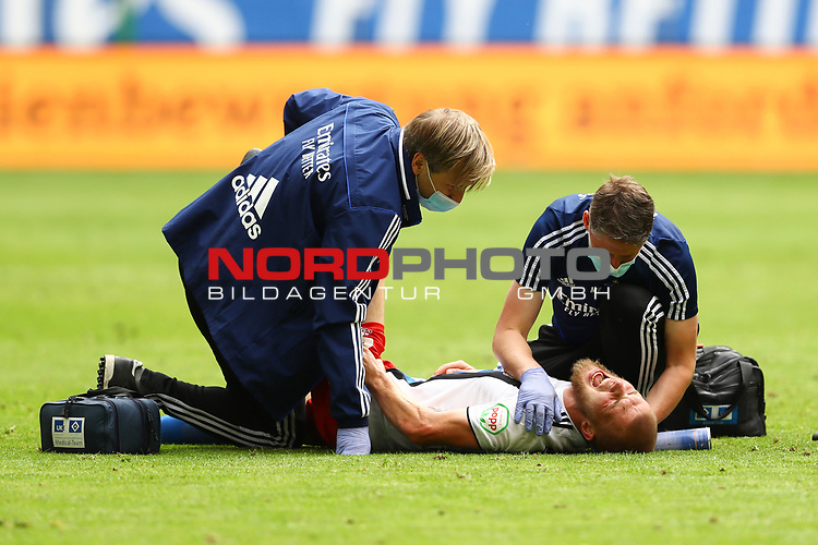 Hamburgs Rick van der Drongelen verletzt sich am Knie beim Spiel Hamburger SV gegen den  SV Sandhausen in Hamburg / 280620<br />