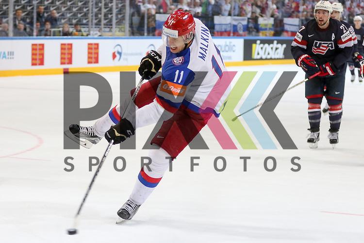 Tor durch Russlands Malkin, Yevgeni (Nr.11)(Pittsburgh Penguins), das Tor war leer im Spiel IIHF WC15 Russia vs. USA.<br /> <br /> Foto &copy; P-I-X.org *** Foto ist honorarpflichtig! *** Auf Anfrage in hoeherer Qualitaet/Aufloesung. Belegexemplar erbeten. Veroeffentlichung ausschliesslich fuer journalistisch-publizistische Zwecke. For editorial use only.