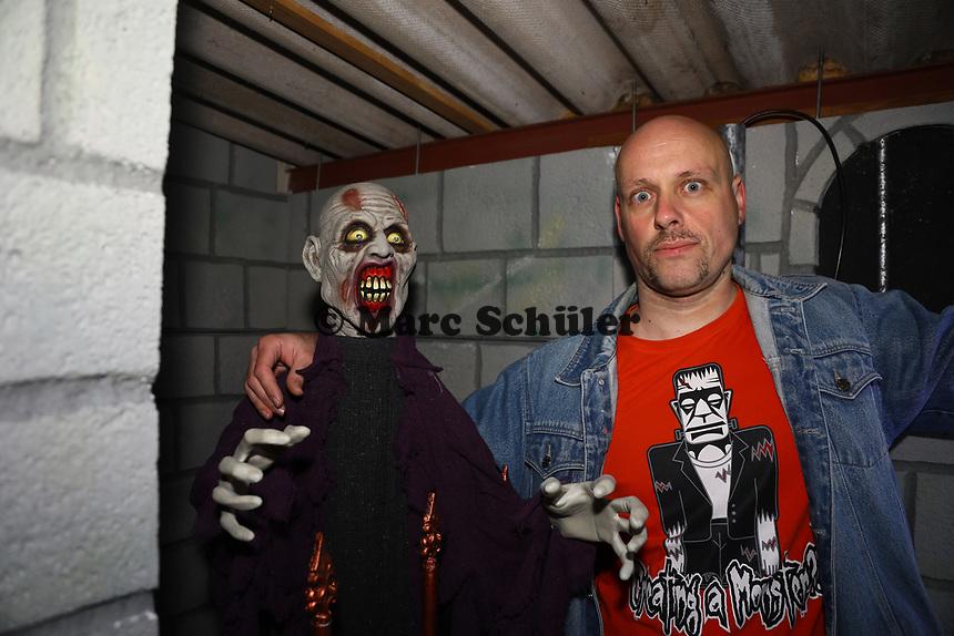"""Oliver Engel legt letzte Handgriffe im """"Verlies der Geister"""" an - Schneppenhausen 29.10.2018: """"Verlies der Geister"""" zu Halloween in Schneppenhausen"""