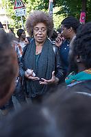 Die US-Menschenrechtlerin  Angela Davis (im Bild) traf sich am Freitag den 15. Mai 2015 in Berlin mit Fluechtlingen. Unter ihnen viele, die in der Kreuzberger Schule in der Ohlauer Strasse wohnen und von der gruenen Regierung des Stadtteils die Schule verlassen sollen. Die Fluechtlinge schilderten ihr, wie ihre Situation in Deutschland und in Berlin ist, und wie sie von den deutschen Behoerden behandelt werden.<br /> Im Anschluss an das Gespraech gingen die Fluechtlinge mit ihr zum Schulgebaeude, ein Eintritt wurde ihr aber schon am Vortag vom Verantworlichen im Bezirksamt verwehrt.<br /> 15.5.2015, Berlin<br /> Copyright: Christian-Ditsch.de<br /> [Inhaltsveraendernde Manipulation des Fotos nur nach ausdruecklicher Genehmigung des Fotografen. Vereinbarungen ueber Abtretung von Persoenlichkeitsrechten/Model Release der abgebildeten Person/Personen liegen nicht vor. NO MODEL RELEASE! Nur fuer Redaktionelle Zwecke. Don't publish without copyright Christian-Ditsch.de, Veroeffentlichung nur mit Fotografennennung, sowie gegen Honorar, MwSt. und Beleg. Konto: I N G - D i B a, IBAN DE58500105175400192269, BIC INGDDEFFXXX, Kontakt: post@christian-ditsch.de<br /> Bei der Bearbeitung der Dateiinformationen darf die Urheberkennzeichnung in den EXIF- und  IPTC-Daten nicht entfernt werden, diese sind in digitalen Medien nach §95c UrhG rechtlich geschuetzt. Der Urhebervermerk wird gemaess §13 UrhG verlangt.]