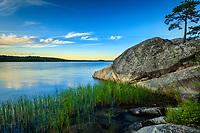 Klippa med blå lugn fjärd vid Gålö i Stockholms skärgård