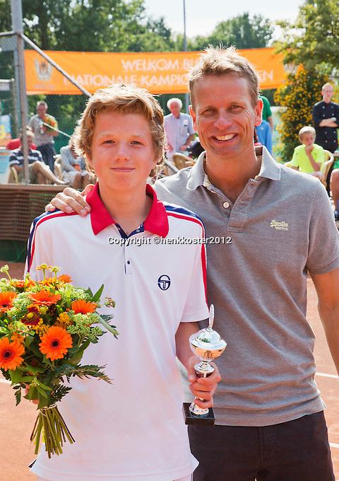 11-08-12, Netherlands, Hillegom, Tennis, NJK, Lucas Bols 4ebij de jongens de NJK tot 14 jaar en ontvangt de beker uit handen van Daviscup captain Jan Siemerink