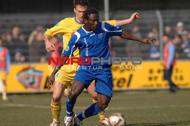 3. FBL 2008/2009 27. Spieltag Rückrunde BSV Kickers Emden vs. Stuttgarter Kickers  Lawrence Adolf Aidoo (Emden #23) am Ball, dahinter Markus Mann (Stuttgart #8)  Foto © nph (nordphoto)
