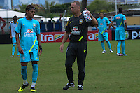 RIO DE JANEIRO, RJ, 15 JULHO 2012 - TREINO SELECAO BRASILEIRA OLIMPICA - Neymar (E) e o treinador Mano Menezes durante ultimo treino da Selecao Brasileira de Futebol, no Brasil, antes das Olimpiadas, na Escola de Educacao fisica do Exercito, na Urca, Zona Sul do Rio. (FOTO: MARCELO FONSECA / BRAZIL PHOTO PRESS).