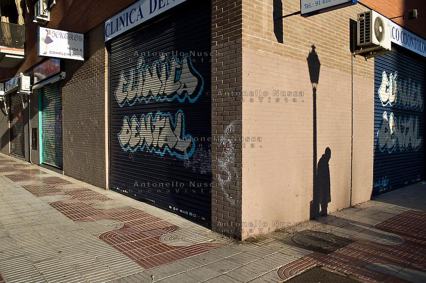 Negozi chiusi nelle strade della periferia di Madrid