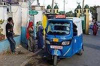 ETHIOPIA , Harar, old town, mosque and indian made TVS auto rikshaw / AETHIOPIEN, Harar, Altstadt, Moschee und TVS Autorikshaw