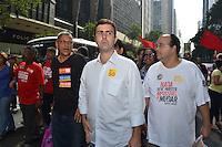RIO DE JANEIRO, RJ, 31 JULHO 2012 - CANDIDATOS MARCELO FREIXO E CYRO GARCIA-Os candidatos a Prefeito do Rio de Janeiro Marcelo Freixo do PSOL e Cyro Garcia do PSTU encontram manifestantes na passeata dos servidores federais em grevepercorrendo a Avenida rio Branco em direcao a Cinelandia,nesta terca-feira, dia 31, no centro do rio.(FOTO:MARCELO FONSECA / BRAZIL PHOTO PRESS).