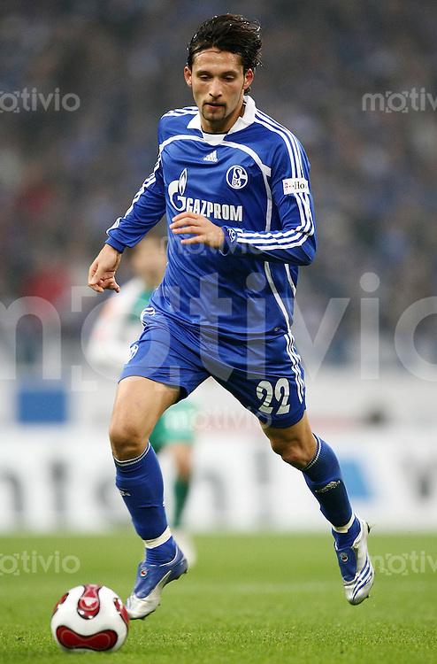 FUSSBALL   1. BUNDESLIGA   SAISON 2007/2008 Kevin KURANY (FC Schalke 04), Einzelaktion am Ball