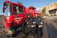 Feuerwehr in Qamishli, Rojava/Syrien.<br /> Von sieben Feuerwehr-Fahrzeugen die der YPG-Regierung in Qamishli zur Verfuegung stehen, ist nur eines funktionstuechtigt. Fuenf Fahrzeuge sind mit vorhandenen Mitteln nicht zu reparieren - Motorschaden, unbenutzbare Fahrerkabinen, defekte Stromleitungen.<br /> Zusaetzlich zumden Augaben der Feuerwehr muessen die 12 Feuerwehrmaenner - je 3 von ihnen arbeiten in 24-Stundenschichten - auch noch Wasser in Stadtteile ohne Wasserversorgung verteilen.<br /> Im Bild: Der arabische Feuerwehrmann Aziz (links) mit seinem Kollegen.<br /> 15.12.2014, Qamishli/Rojava/Syrien<br /> Copyright: Christian-Ditsch.de<br /> [Inhaltsveraendernde Manipulation des Fotos nur nach ausdruecklicher Genehmigung des Fotografen. Vereinbarungen ueber Abtretung von Persoenlichkeitsrechten/Model Release der abgebildeten Person/Personen liegen nicht vor. NO MODEL RELEASE! Nur fuer Redaktionelle Zwecke. Don't publish without copyright Christian-Ditsch.de, Veroeffentlichung nur mit Fotografennennung, sowie gegen Honorar, MwSt. und Beleg. Konto: I N G - D i B a, IBAN DE58500105175400192269, BIC INGDDEFFXXX, Kontakt: post@christian-ditsch.de<br /> Bei der Bearbeitung der Dateiinformationen darf die Urheberkennzeichnung in den EXIF- und  IPTC-Daten nicht entfernt werden, diese sind in digitalen Medien nach §95c UrhG rechtlich geschuetzt. Der Urhebervermerk wird gemaess §13 UrhG verlangt.]