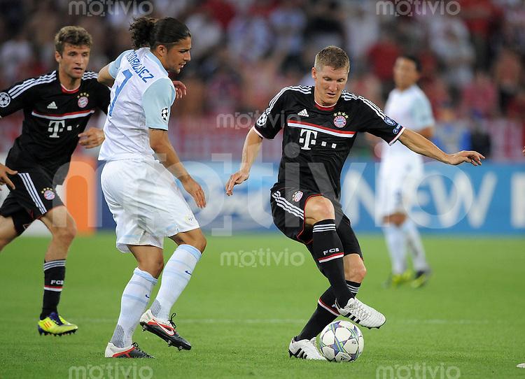 FUSSBALL   CHAMPIONS LEAGUE   SAISON 2011/2012  Qualifikation  23.08.2011 FC Zuerich - FC Bayern Muenchen Ricardo Rodriguez (li, FC Zuerich) gegen Bastian Schweinsteiger (re, FC Bayern Muenchen)