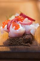 Europe/Finlande/Laponie/Levi: Tapas de pain noir aux épices et lavaret fumé, recette de Timo Nieminen au restaurant: Ämmilä de l'hôtel: Hullu Poro