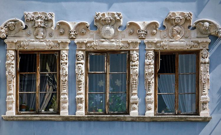 Ozdobione rzeźbami okna w kamienicy Konopniców na lubelskim Starym Mieście. Lublin