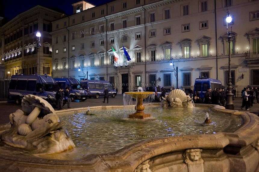 Blindati della Polizia davanti Palazzo Chigi. Centinaia di persone si sono radunate in Piazza di Montecitorio per protestare contro l'elezione a Presidente della Repubblica di Franco Marini e Giorgio Napolitano.