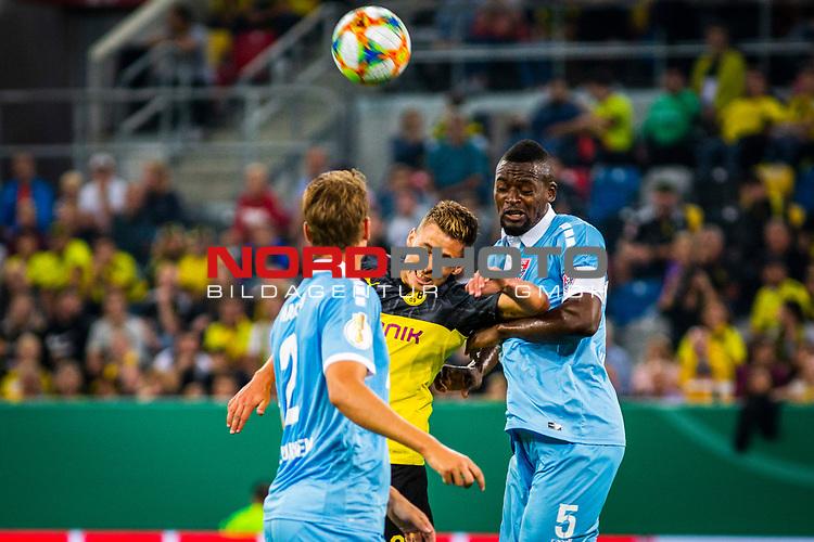 09.08.2019, Merkur Spiel-Arena, Düsseldorf, GER, DFB Pokal, 1. Hauptrunde, KFC Uerdingen vs Borussia Dortmund , DFB REGULATIONS PROHIBIT ANY USE OF PHOTOGRAPHS AS IMAGE SEQUENCES AND/OR QUASI-VIDEO<br /> <br /> im Bild | picture shows:<br /> Kopfballduell zwischen Thorgan Hazard (Borussia Dortmund #23) und Assani Lukimya (KFC Uerdingen #5),<br /> <br /> Foto © nordphoto / Rauch
