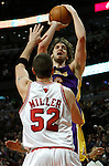 UNITED CENTER CHICAGO USA 15.12.2009.MECZ LIGI NBA CHICAGO BULLS - LOS ANGELES LAKERS 87:96. KOBE BRYANT ZDOBYL 42 PUNKTY I POPROWADZIL LA LAKERS DO 19-GO ZWYCIESTWA W TYM SEZONIE..N Z PAU GASOL LOS ANGELES LAKERS.KAMIL KRZACZYNSKI / NEWSPIX.PL..PAU GASOL LOS ANGELES LAKERS AGAINST CHICAGO BULLS...---.Newspix.pl