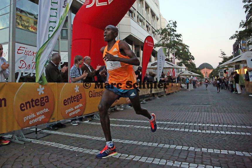 Charles Wachira Maina (KEN) gewinnt den Ramada Grand Prix der Männer