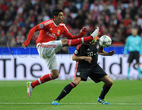 13.04.2016. Lisbon, Portugal.  Lisbon's Raul Jimenez (L) and Munich's Javi Martinez vie for the ball during the UEFA Champions League quarterfinal second leg soccer match between SL Benfica and FC Bayern Munich at Estadio da Luz in Lisbon, Portugal, 13 April 2016.