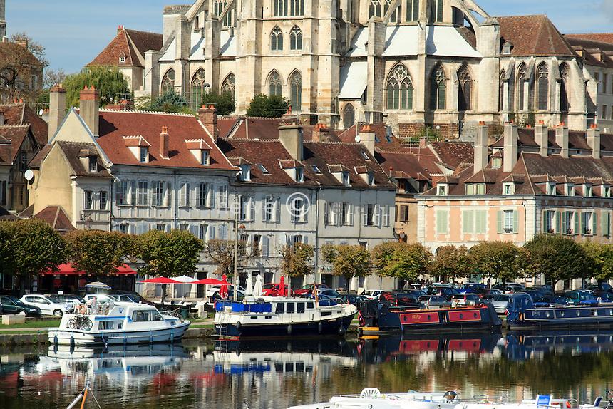 France, Yonne (89), Auxerre, le quai de la Marine le long de l'Yonne et l'abbaye Saint-Germain derrière// France, Yonne, Auxerre, the banks of the Yonne and the Abbey of St Germain behind