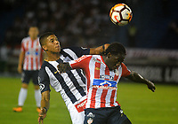 BARRANQUILLA - COLOMBIA, 26-04-2018: Yimmy Chará (Der.) jugador de Atlético Junior disputa el balón con Carlos Ascues (Izq.) jugador de Alianza Lima, durante partido entre Atlético Junior (Col) y Alianza Lima (PER), de la fase de grupos, grupo H, fecha 4, por la Copa Conmebol Libertadores 2018, jugado en el estadio Metropolitano Roberto Meléndez de la ciudad de Barranquilla. / Yimmy Chara (R) player of Atletico Junior vies for the ball with Carlos Ascues (L) player of Alianza Lima, during a match between Atletico Junior (Col) and Alianza Lima (PER), of the group stage, group H, 4th date for the Copa Conmebol Libertadores 2018 at the Metropolitano Roberto Melendez Stadium in Barranquilla city. Photo: VizzorImage  / Alfonso Cervantes / Cont.