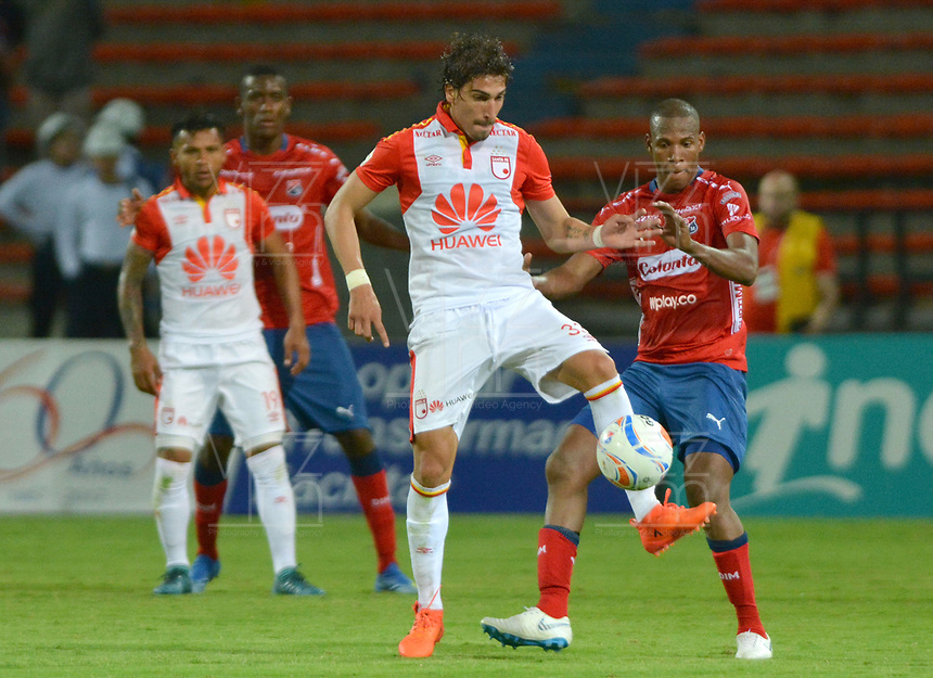 MEDELLÍN- COLOMBIA, 22-09-2018.Facundo Guichon (Izq) jugador del Independiente Santa Fe disputa el balón con el Independiente Medellín  durante partido por la fecha 11 de la Liga Águila II 2018 jugado en el estadio Atanasio Girardot de la ciudad de Medellín. /Facundo Guichon (L) player of Independiente Santa Fe fights the ball agaisnt Independiente Medellin   during the match for the date 11 of the Liga Aguila II 2018 played at Atanasio Girardot Stadium in Medellin  city. Photo: VizzorImage / Leon Monsalve/ Contribuidor