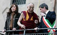 Il Dalai Lama, al centro, arriva in Campidglio, Roma, 9 febbraio 2009, accolto dal Sindaco Gianni Alemanno, destra, e dalla moglie Isabella Rauti, per ricevere la cittadinanza onoraria..Tibetan spiritual leader Dalai Lama, center, is welcomed by Rome's Mayor Gianni Alemanno, right, and his wife Isabella Rauti, as he arrives at the Rome's Campidoglio, 9 february 2009, to be made honorary citizen..UPDATE IMAGES PRESS/Riccardo De Luca