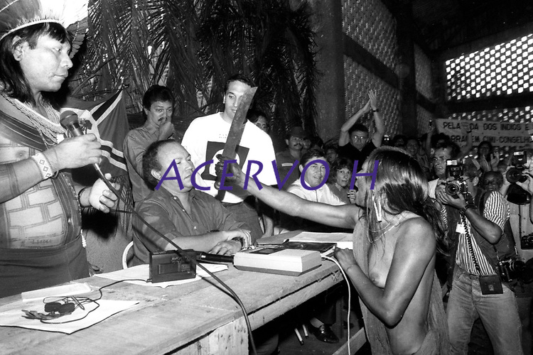 A índia Kayapó ameaça com facão o diretor da Eletronorte José Antônio Muniz Lopes em protesto pela criação da hidrelétrica de Kakarao, hoje Belo Monte, durante o I Encontro das Nações indígenas do Xingu.<br /> Altamira, Pará, Brasil.<br /> Foto Paulo Jares<br /> 1989