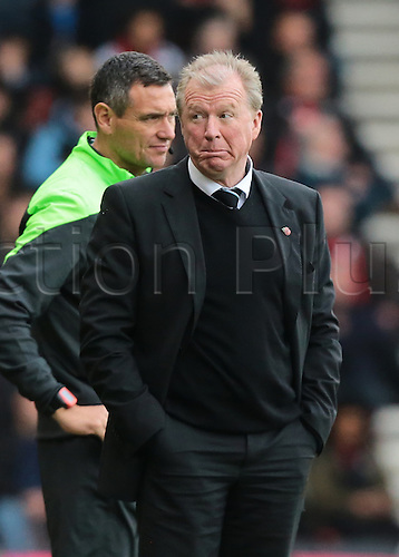 07.11.2015. Vitality Stadium, Bournemouth, England. Barclays Premier League. Newcastle Head Coach Steve McLaren looks worried as Bournemouth keep possession for a long period and piles pressure on Newcastle