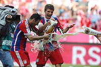 10.05.2014, Allianz Arena, Muenchen, GER, 1. FBL, FC Bayern Muenchen vs VfB Stuttgart, 34. Runde, im Bild l-r: Claudio Pizzarro #14 (FC Bayern Muenchen) und Thomas Mueller #25 (FC Bayern Muenchen), Bierdusche // during the German Bundesliga 34th round match between FC Bayern Munich and VfB Stuttgart at the Allianz Arena in Muenchen, Germany on 2014/05/10. EXPA Pictures © 2014, PhotoCredit: EXPA/ Eibner-Pressefoto/ Kolbert<br /> <br /> *****ATTENTION - OUT of GER***** <br /> Football Calcio 2013/2014<br /> Bundesliga 2013/2014 Bayern Campione Festeggiamenti <br /> Foto Expa / Insidefoto