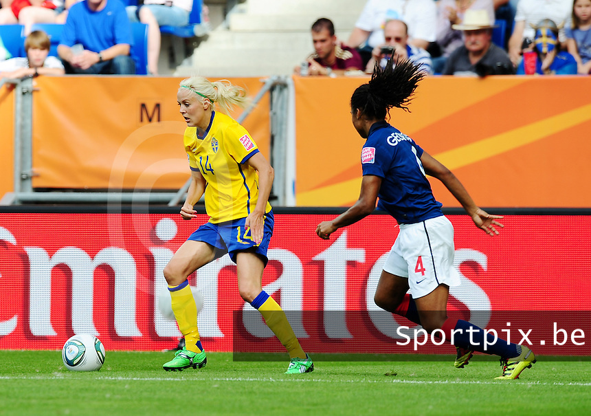 Fifa Women's World Cup Germany 2011 : Zweden - France Frankrijk at Sinsheim World Cup stadium : Josefine Oqvist aan de bal voor Laura Georges.foto DAVID CATRY / Vrouwenteam.be
