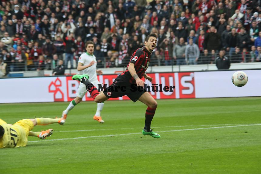 Joselu (Eintracht) wird von Rafael Wolf (Werder) gefoult, aber kein Elfmeter - Eintracht Frankfurt vs. SV Werder Bremen
