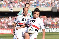 ATENÇÃO EDITOR: FOTO EMBARGADA PARA VEÍCULOS INTERNACIONAIS - SÃO PAULO, SP, 18 DE NOVEMBRO DE 2012 - CAMPEONATO BRASILEIRO - SÃO PAULO x NAUTICO: Osvaldo (c) e Luis Fabiano (e) durante partida São Paulo x Nautico válida pela 36ª rodada do Campeonato Brasileiro de 2012 no Estádio do Morumbi. FOTO: LEVI BIANCO - BRAZIL PHOTO PRESS