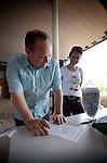 UDEN - Tijdens de Dag van de Bouw bezochten 4300 mensen de bouw van ziekenhuis Bernhoven. Met hulp van een speurtocht, met vragen en informatieborden kreeg men een rondleiding door het ziekenhuis, was er koffie na afloop, en bestond de mogelijkheid om aangelijnd, het ziekenhuis vanuit een bakje te zien. Tevens kon men het juiste aantal schroeven in een pot raden. Het gebouw wordt gerealiseerd door Kuijpers Installaties en Hurks van der linden. COPYRIGHT TON BORSBOOM